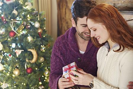 Πρώτη φορά κάτω από το χριστουγεννιάτικο δέντρο